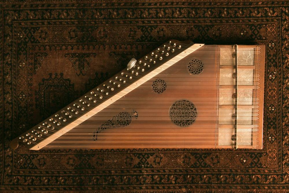 Qanun instrumento de música árabe