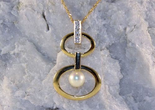 10 KT Gold Pearl Pendant with Diamond Accents