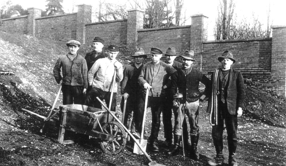 Bau der Friedhofsmauer um 1900