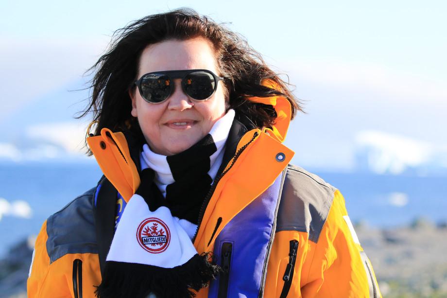 Biggi im Eintracht-Outfit in der Antarktis