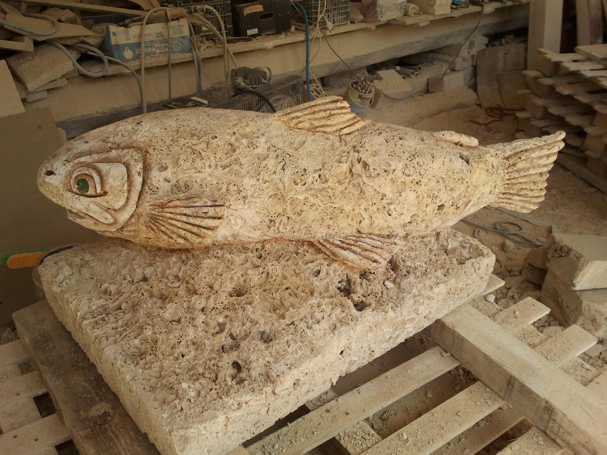 Trucha-chimenea-piedra-artesanía-talla