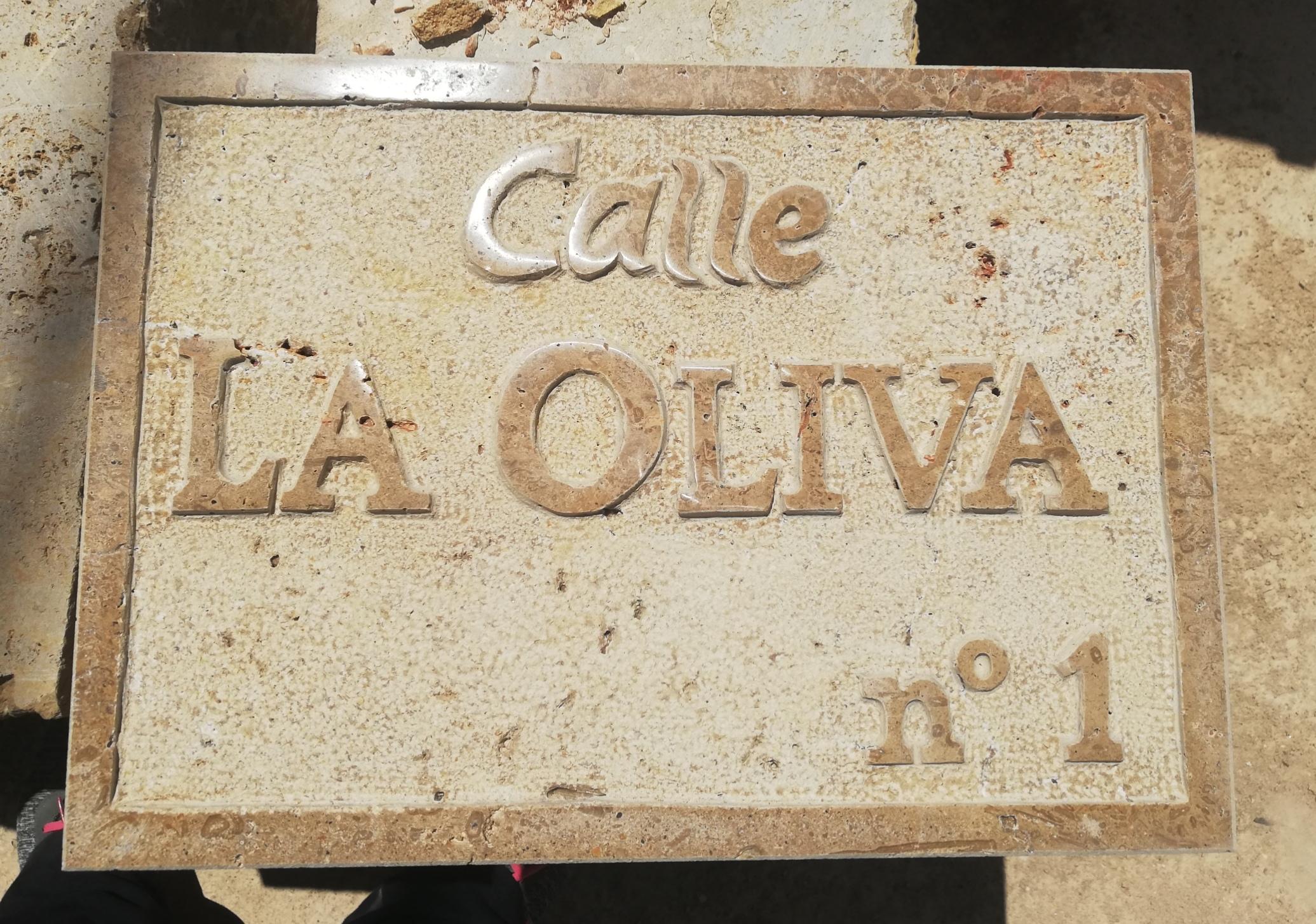 Placa calle-piedra-artesanía-talla-Trave