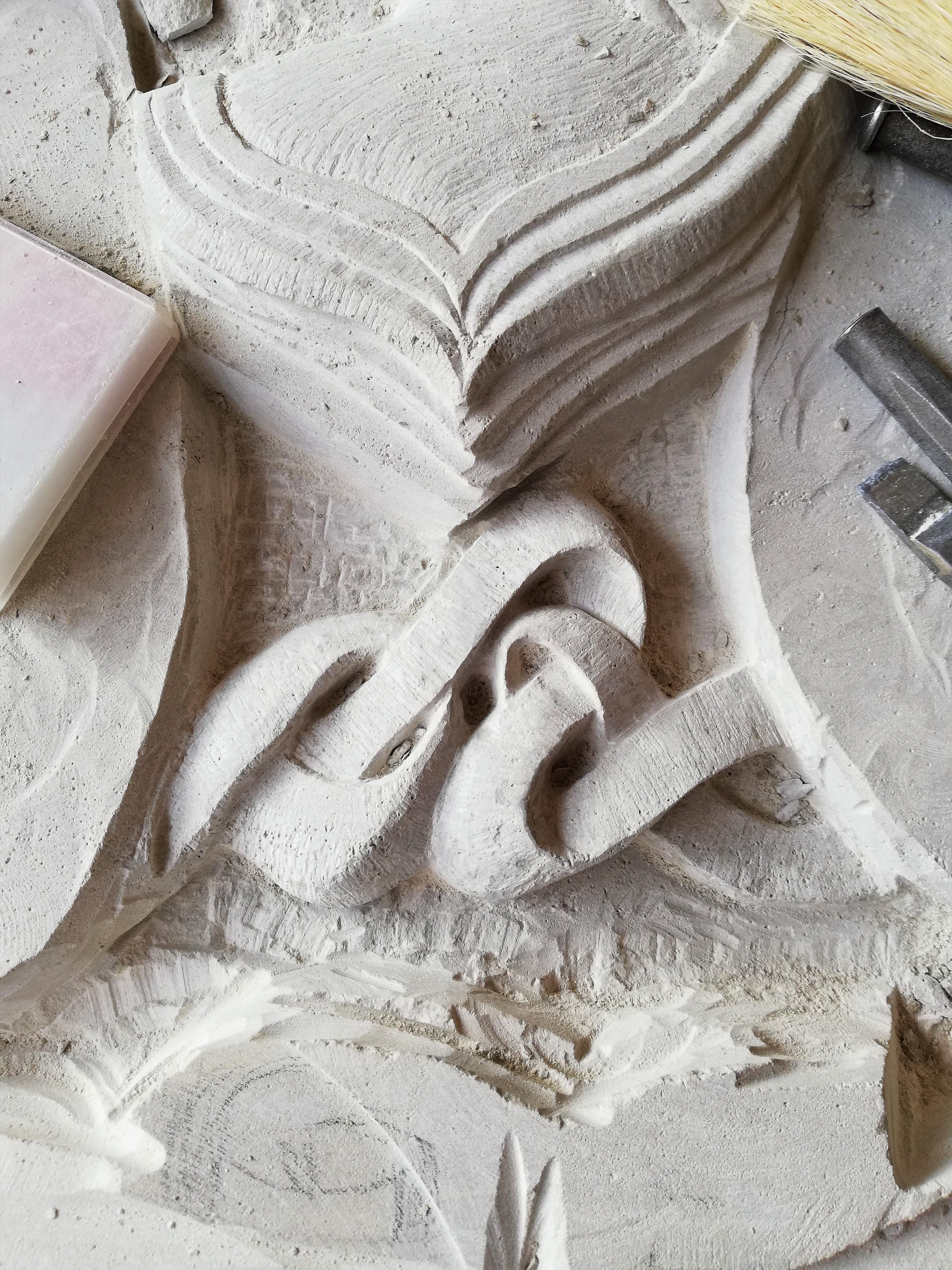 Detalle escudo-piedra-artesanía-talla-ca