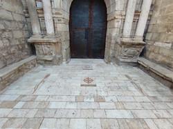 Pavimento iglesia Ejulve1-talla-piedra-a