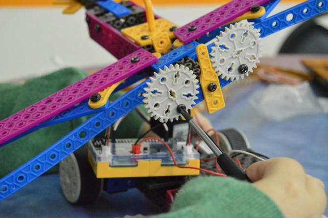 Beneficios del uso de herramienta, tornillos y tuercas en el armado de un robot.