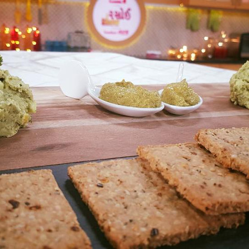 OAT CRACKERS WITH MINT AAM HUMMUS AND BELL PEPPER & GRAPES GHUTNEY
