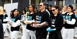 Joaquin Phoenix pide a trabajadores de mataderos denunciar el cotidiano abuso a los animales