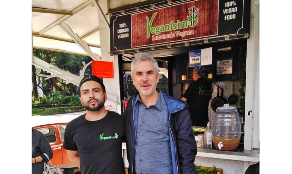 "Alfonso Cuarón en ""Veganísimo Lonchería Vegana""."