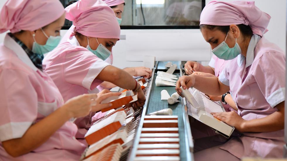 Mulheres, linha de produção cosméticos.p