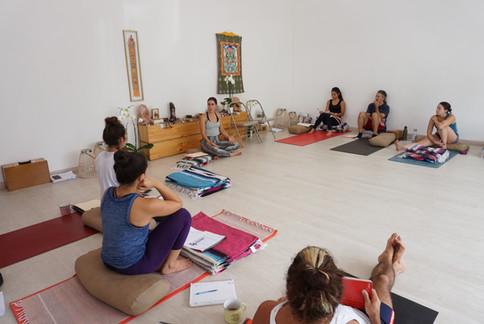 Uso de Props + Secuencia Menstrual & Restaurativa con Lucía R.