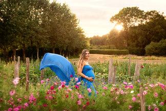 maternity photoshoot in a flower field