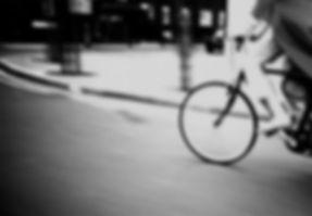 騎自行車在夜間