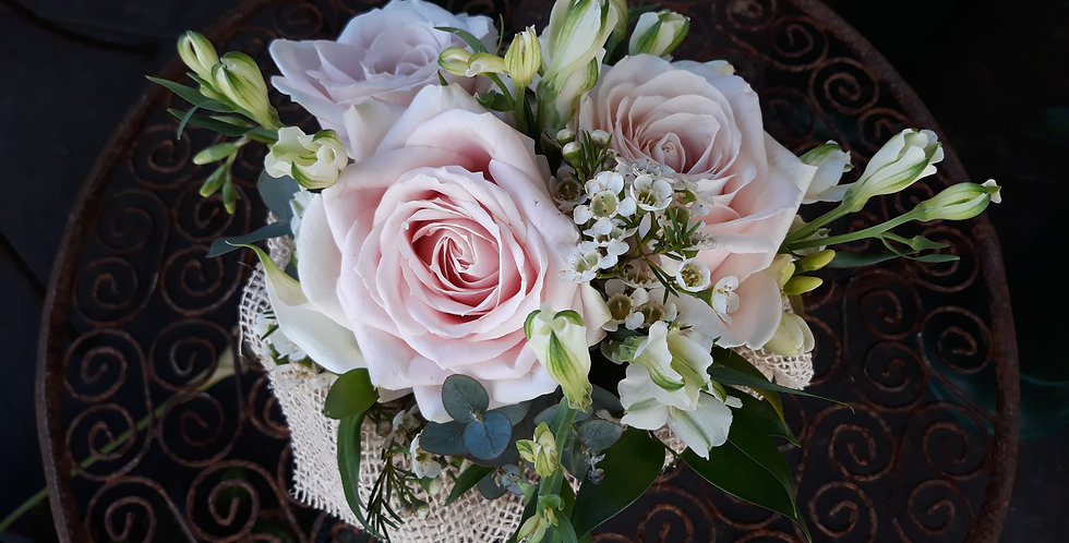 Composizione in spugna, con rose sweet avalanche