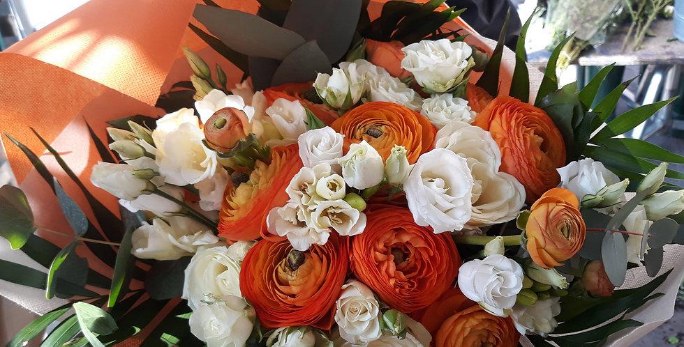 Bouquet bianco e arancio, ranuncoli, fresie, lisiantus