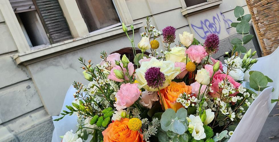 Bouquet colorato con vaso in vetro