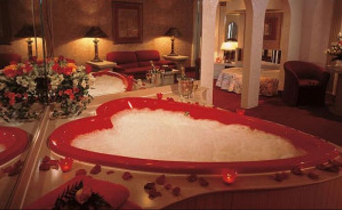 cove-haven-resorts-garden-of-eden-apple-suite-tub-1212-700x430