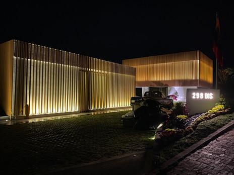 Sala de cine, cerraduras y motorización de cubierta de piscina para una mansión en Aposentos