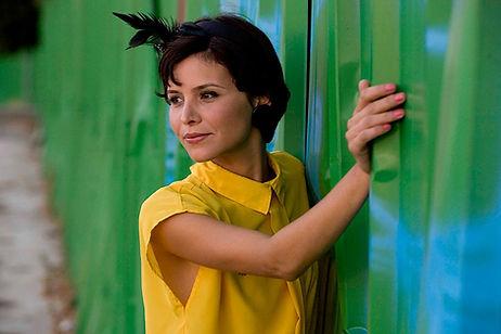 Modell in der gelben Bluse