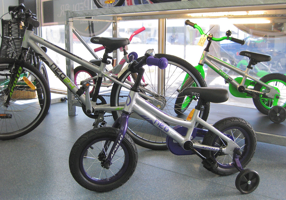 Apollo Neo - bikes for kids - training wheels