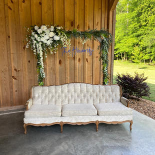 Photo station with square arbor