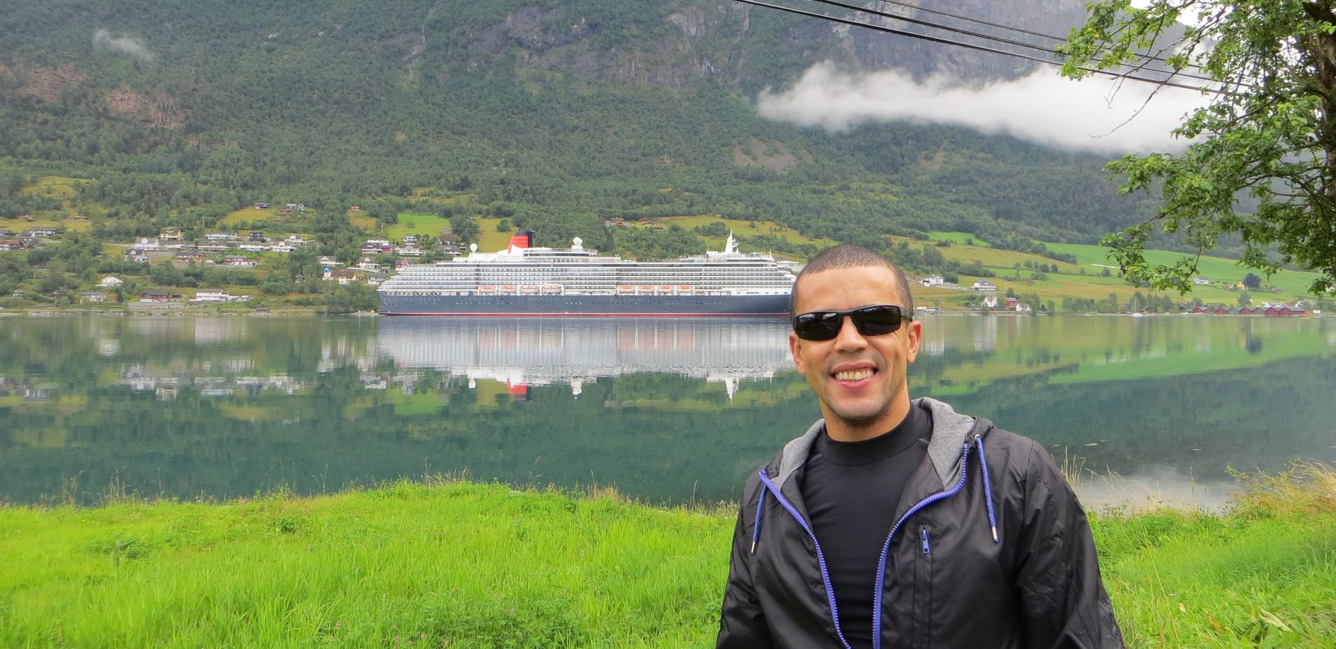 Queen Mary 2 in Olden Norway.JPG