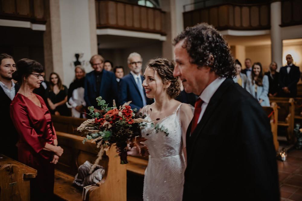 Brauteinzug Kirche Hochzeitsfotografie