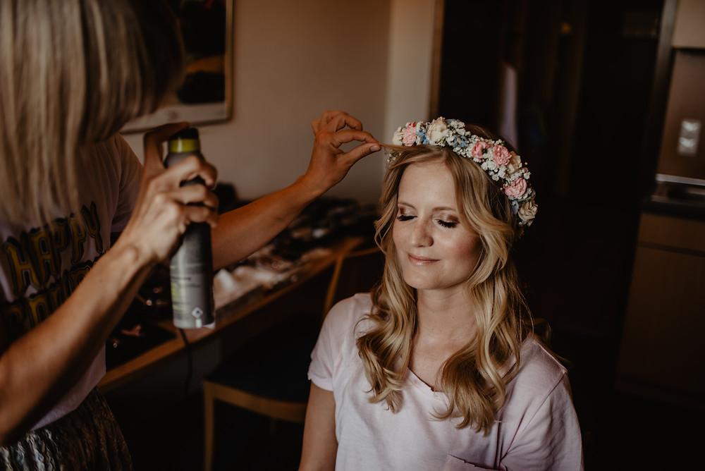 Getting Ready Hochzeitsfotograf Augsburg Blumenkranz