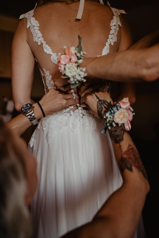 Getting Ready Brautkleid Vintage Hochzeitsfotografie