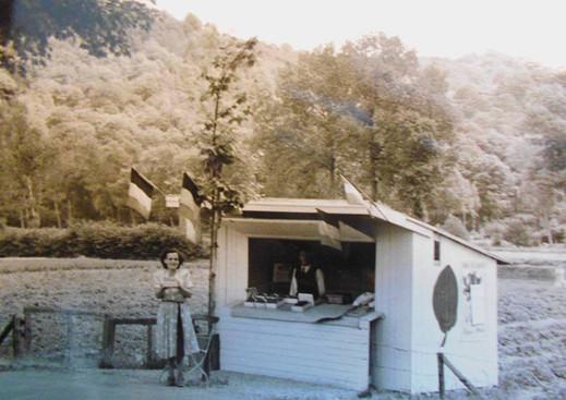 Cabane de vente de fraise dans les années 50