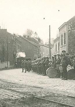 Les troupes canadiennes dans le tournant de la chaussée de Dinant vers Fooz