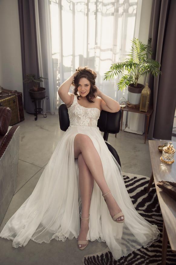 שמלת כלה מידות גדולות נשפכת עם שסע