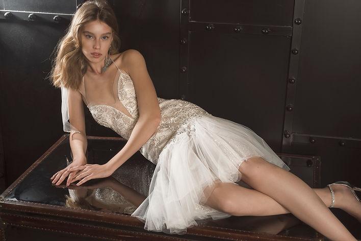 ג'יג'י - שמלת כלה נוצצת, שמלת כלה קצרה, שמלה מחשוף עמוק
