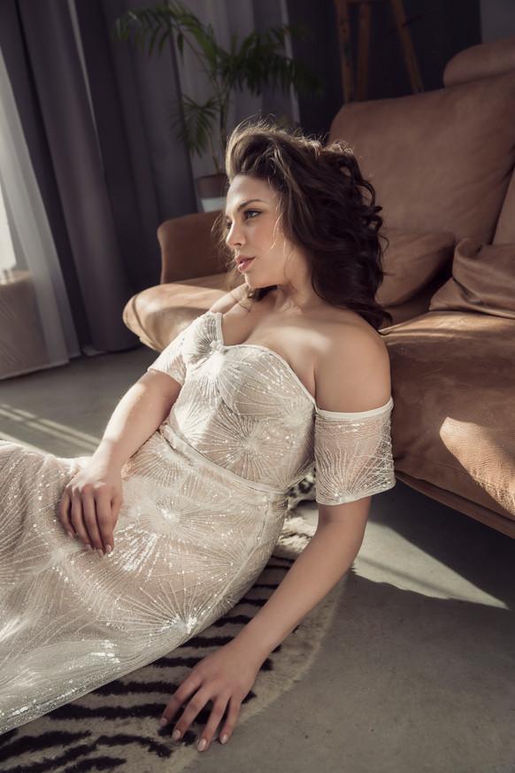 שמלת כלה מידות גדולות חזה גדול בד מנצנץ. שמלת כלה מידות גדולות צמודה עם שסע