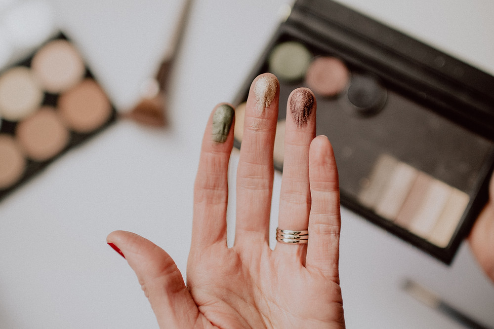 should you apply make-up with your fingers