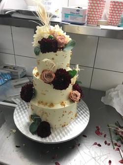 Hochzeitstorte mit goldenen Details & echten Blumen