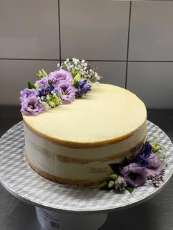 Einstöckige vegane Torte mit Lavendel