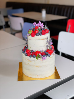 Semi-Naked Hochzeitstorte mit Beeren & Blumen