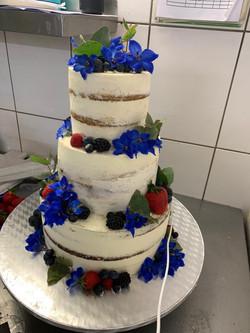 Semi-Naked Hochzeitstorte mit blauen Blumen