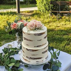 Personalisierte Hochzeitstorte mit Baumrinden Deko Effekt