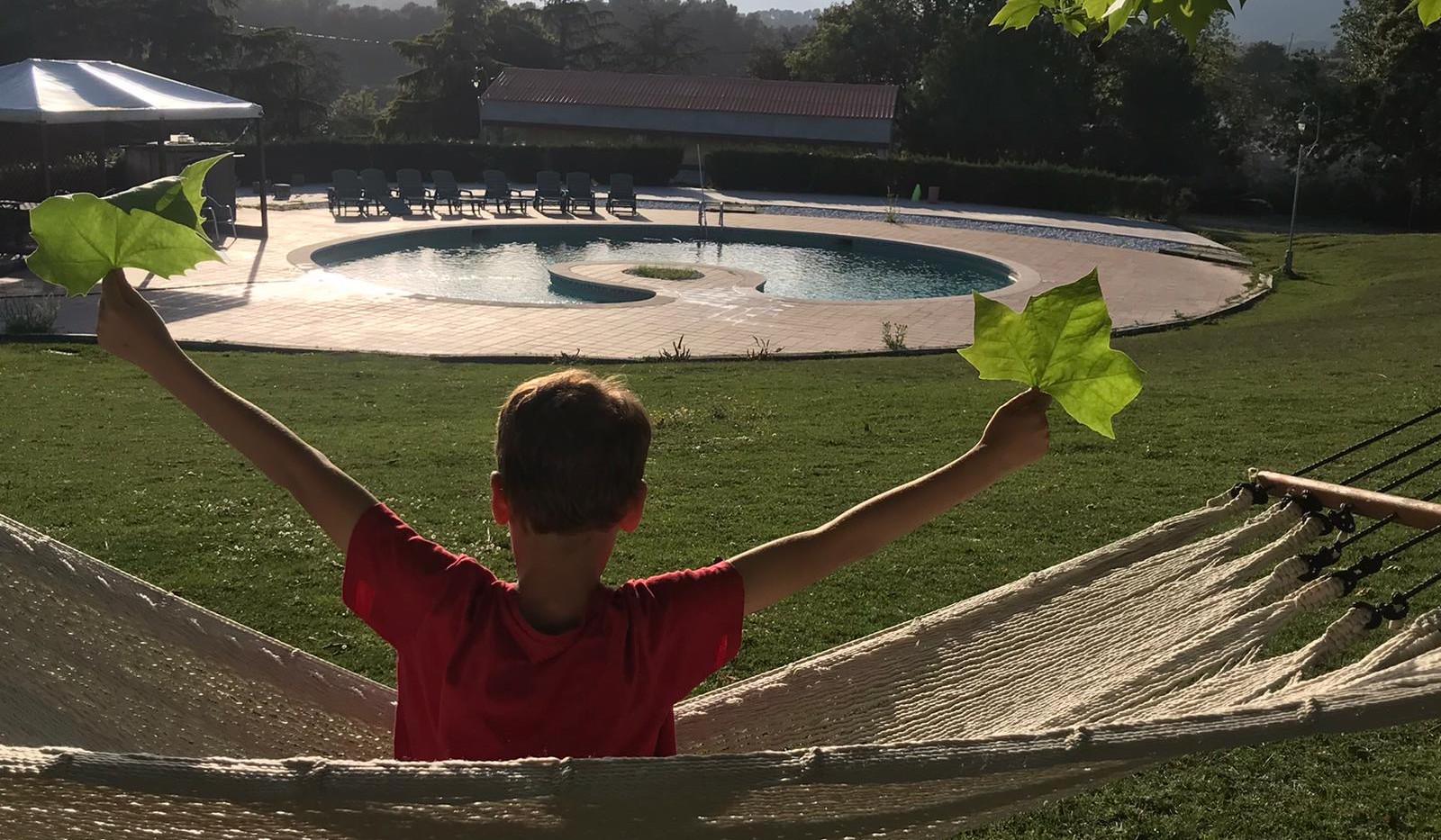 niño hamaca, piscina.JPG