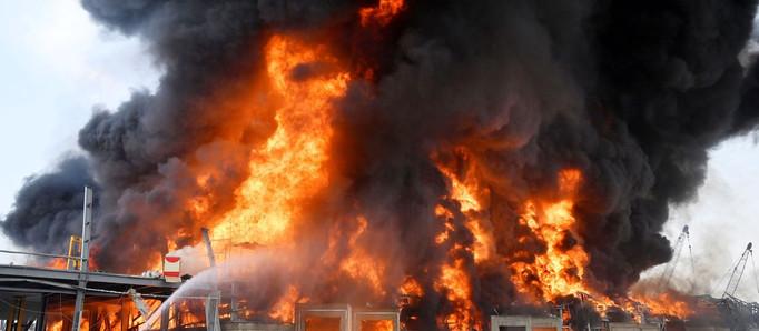 Beirut, bajo llamas: un incendio en el puerto vuelve a sacudir Líbano a un mes de las explosiones
