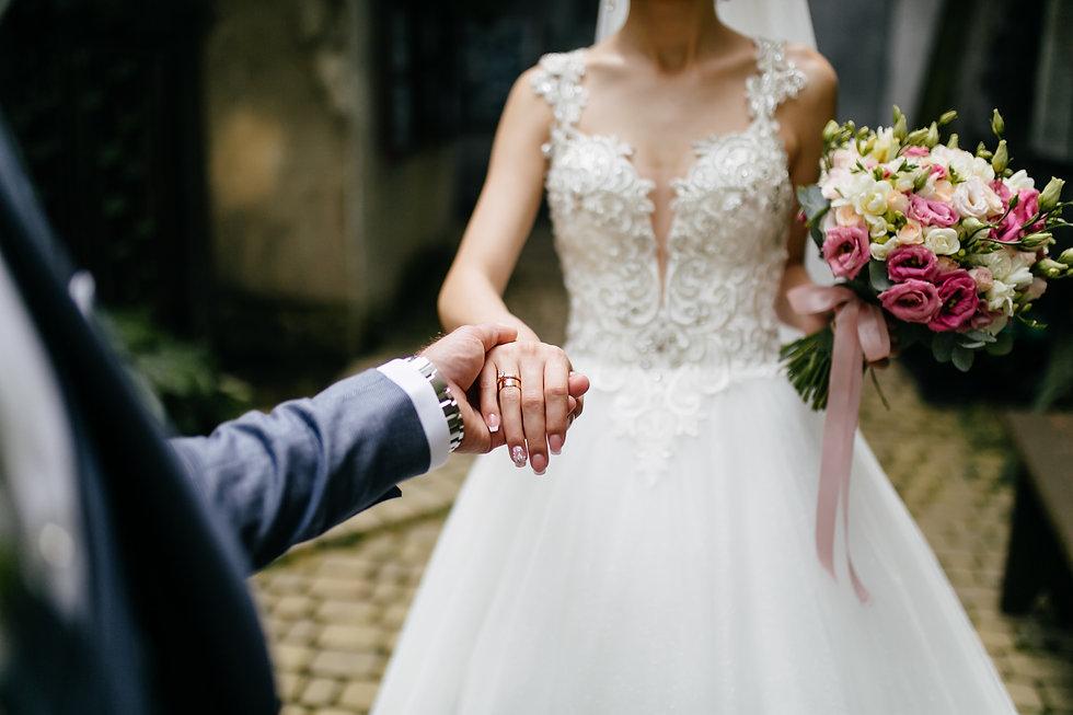 wedding-bouquet-in-bride-s-hands (1).jpg