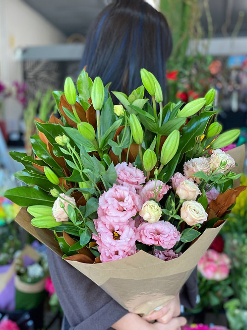 White Asiatic lily with pink lisianthus