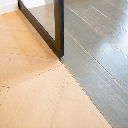 Detail overgang overgang hongaarse punt naar gelakte eiken vloer