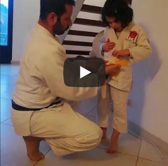 Apprendre à faire son nœud de ceinture par Juliette & son papa