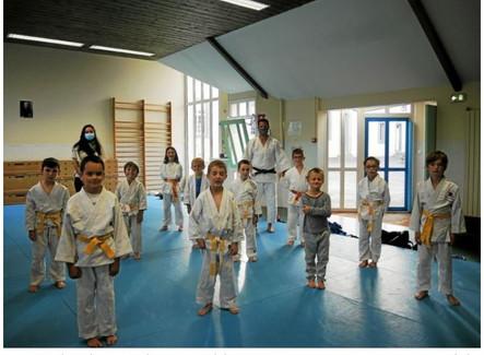 Les enfants heureux de retrouver le tatami