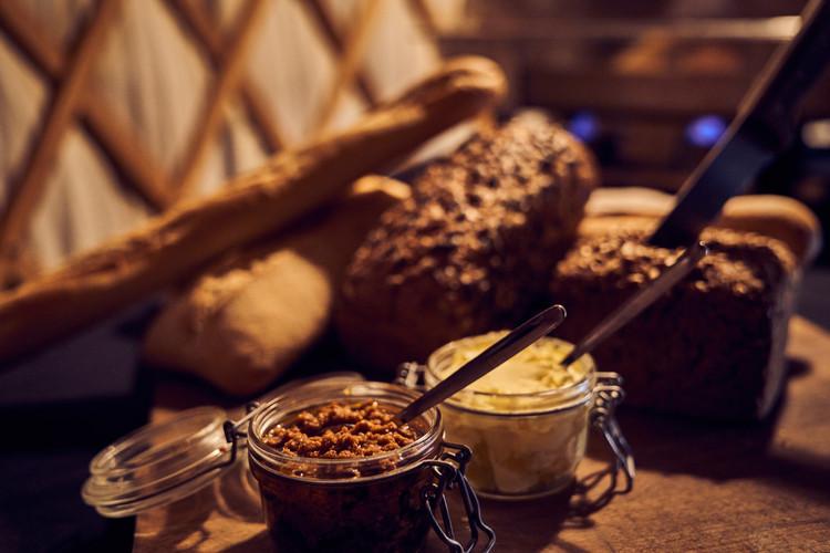 Brot mit verschiedenen Pasten