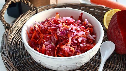 jesenný šalát, šalát s konopnými semienkami, cvikla, konope, konopné semienka, strúhaný šalát, mrkva, kaleráb, červená kapusta, zdravý šalát