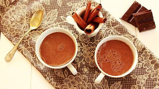 hot chocolate, hot chocolate drink teplý čokoládový nápoj, horúca čokoláda, čokoláda so škoricou, cinnamon hot chocolate