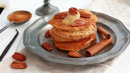 aple cinnamon pancakes, buckheat pancakes, jablková výživa, recepty s jablkovou výživou, ievance jablková výživa, bezlepkové lievance, jablkové lievance, škoricové lievance, jablkovo-škoricové lievance, zdravé lievance, lievance, lievance s pekanovými orechami, lievance pekanové orechy,